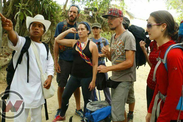guia indigena explicando tour ciudad perdida