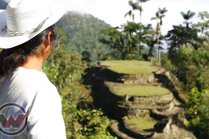 guía indígena apreciando ciudad perdida