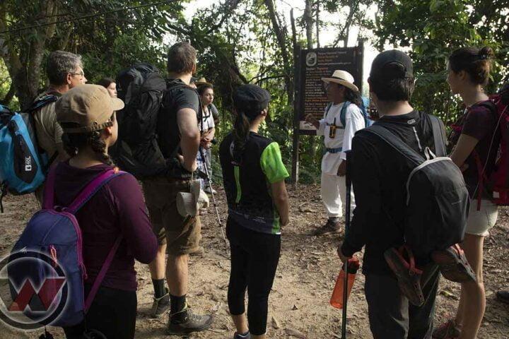guia indigena explicando trek ciudad perdida