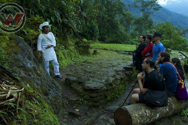 guia indígena explicando historia de teyuna
