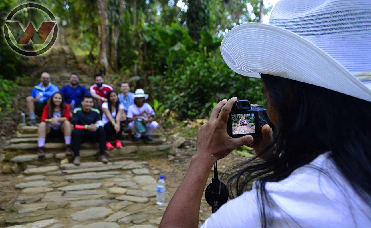 Guia Indígena Fotografiando Viajeros en la Ciudad Perdida