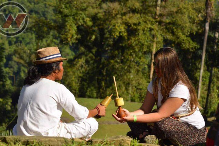 guía indígena compartiendo su cultura con viajera