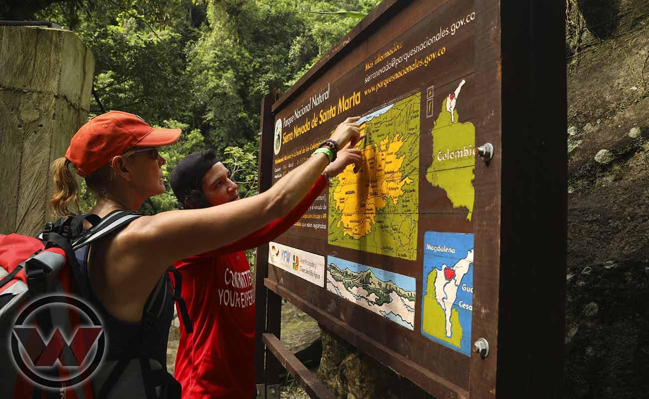 guía traductor de wiwa tours explicando ruta